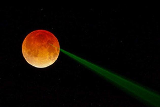 Luna rossa e raggio verde